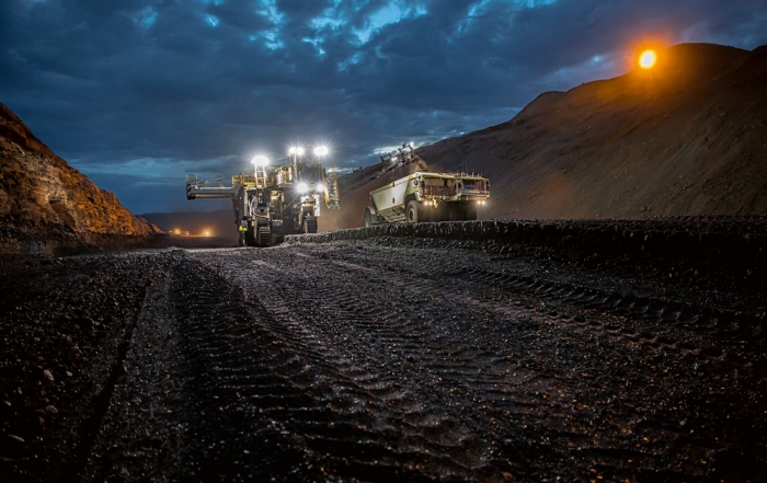 Wirtgen surface miners can load material via stable conveyor systems directly into trucks or dumpers in a single operation. The material can also be deposited in windrows between the crawler tracks or placed alongside the machine. Image credit: Wirtgen